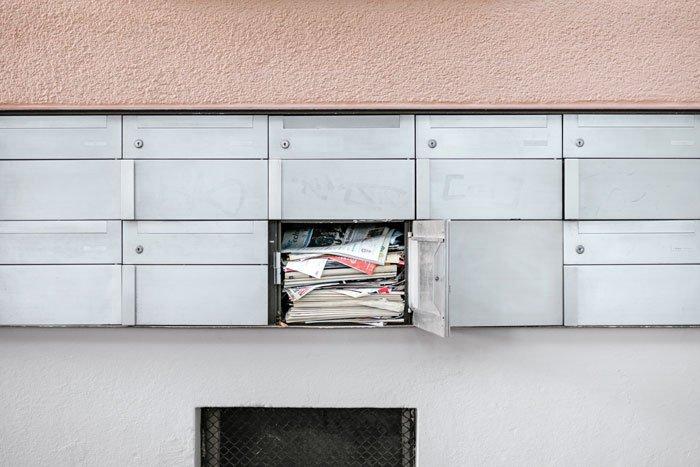 o cutie de scrisori plina