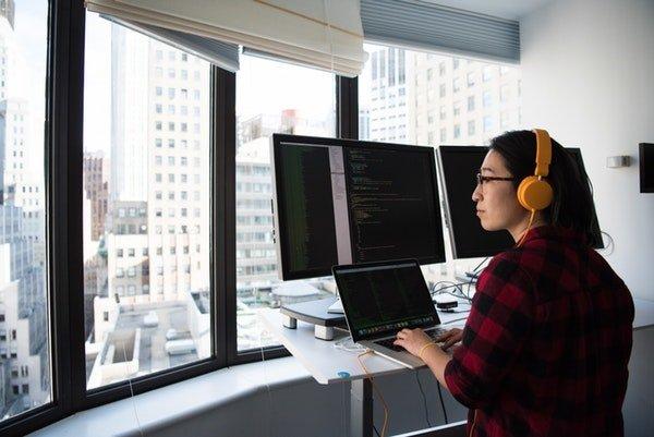 o femeie care lucreaza si se uita pe geam