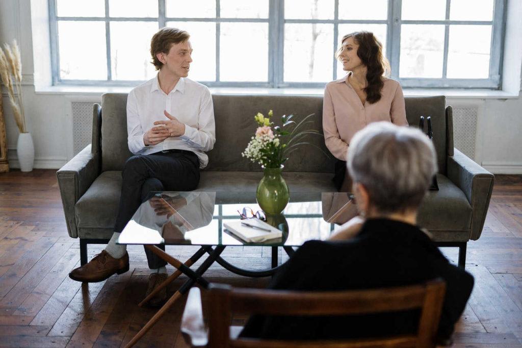 ce este psihoterapia, cuplu pe canapea in cabinet psihologic