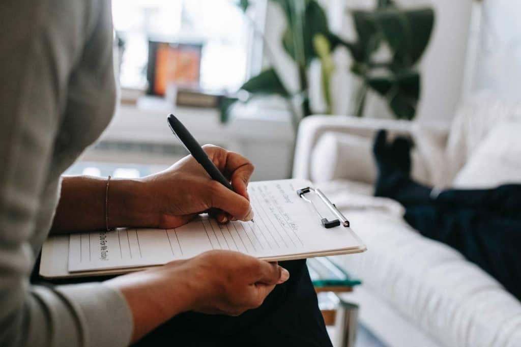 ce face si ce nu face un psihoterapeut, specialist scrie in timp ce clientul este pe canapea