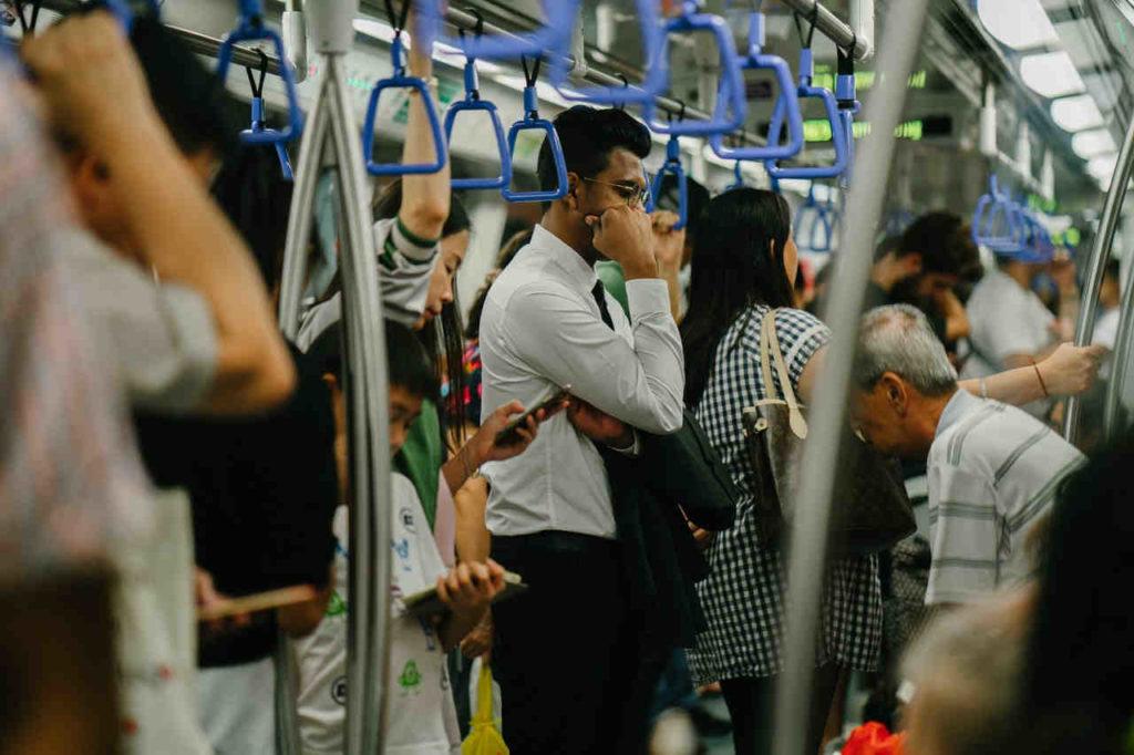 agorafobia, barbat in metrou aglomerat, aglomeratie in metrou